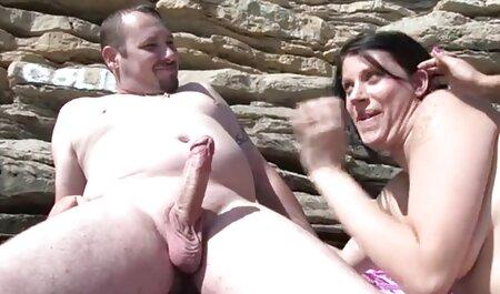 קייסי צפיה ישירה פורנו נכנעה לגבר שחור בתחת שלה.