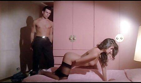 גבר עוצם עיניים סרטי סקס לצפיה חינם של בחורה ומוצץ אותן.