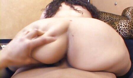 ילדה גמישה בת 18 הורידה את סרטי סקס חינם לצפייה ישירה המכנסיים וליטפה את הכוס שלה.
