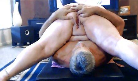 שיחה חמה על נשים בוגרות ועל סרטוני סקס לצפיה חינם בחור צעיר.