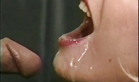 אישה צפייה ישירה סקס בשמלה אדומה מראה כוס שעיר