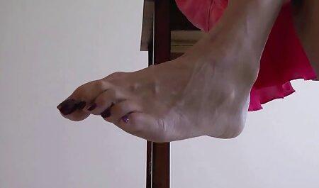 לובש כפפות עור, דודה ג ' ינג ' ית שופעת מלטף את סקס לצפיה ישרה עצמו