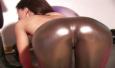 נשים מצלמות סקס צפייה ישירה חינם יפות אינן צעירות, גרבי ניילון מושכים מבחינה מינית.