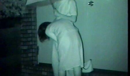 פטריס הסקסית הופכת את התחת שלה סרטי סקס לצפיה ישרה ודוחפת את עצמה לאורגזמה