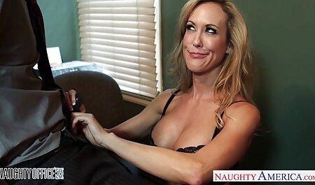 זונה מאוננת בזמן צפייה ישירה סקס שהיא שוכבת בחצר האחורית.
