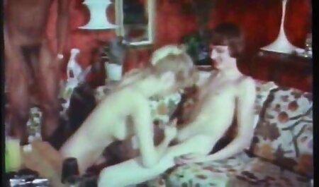 הנערה סקס חינם לצפייה בגרב פסים הניחה את ידה בתחתוניה ומצביעה על הכוס שלה