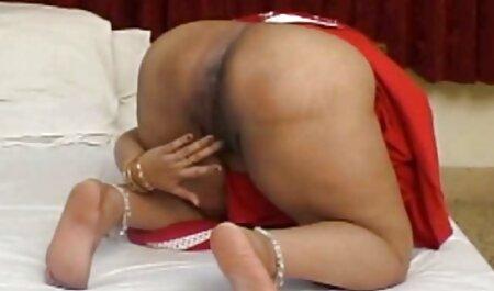 אלזה הקטנה מוצצת סרטי סקס לצפיה מידית במיומנות מול המצלמה.