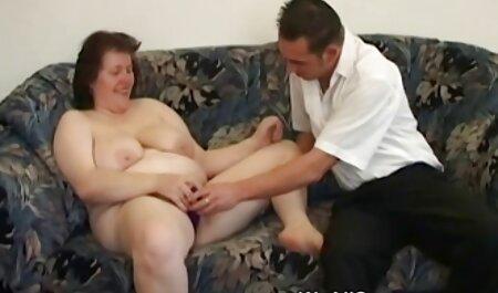אליזבת מעוותת בתחת צפיה ישירה בסרטי סקס חינם וגדלה דגדגן.