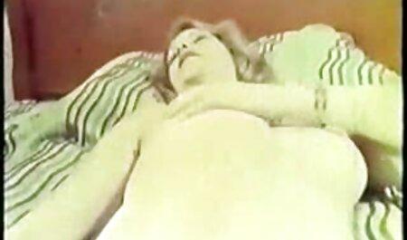 מליסה לובשת גרביוני סקס חינם לצפייה ישירה רשת לבנים ודופקת גבר שחור.