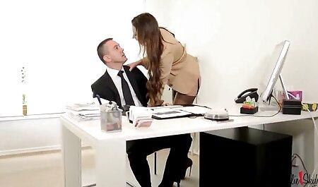 Milf בלונדינית צפיה ישירה סרטי סקס בחצאית זיין את עצמה עם אצבע