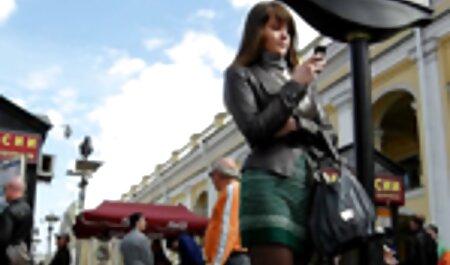 בחורה אסיאתית צעירה נותנת את המשחק לחבריו כוס מצלמות סקס צפייה ישירה חינם