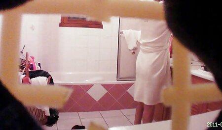 שתי נשים סרטים לצפייה ישירה בחינם סקס בוגרות לועסות גבר עם מסיכת ברזל.
