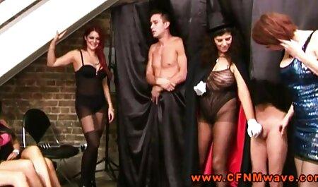 סיירוס סרטי סקס לצפיה מידית שם את החברה שלו בתחת צמוד.