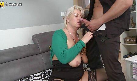 סקס לא מגולח עם בחורה יפה על הספה. סרטי פורנו לצפיה בחינם