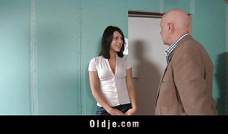 הבחורה כמעט סיימה עם סרטי סקס לצפיה ישרה עיסוי הרגליים.