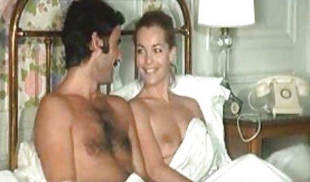 לטינית משפשפת את הפטמות שלה ומדמה סקס צפיה ישירה מציצה.