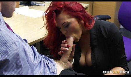 בחור צפיה ישירה סרטי סקס גורם לחברה שלו לגמור עם זוג ויברטורים.