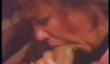 בלונדינית בתחתונים סקסיים, סרטים לצפייה ישירה פורנו עם אצבעות יפות.