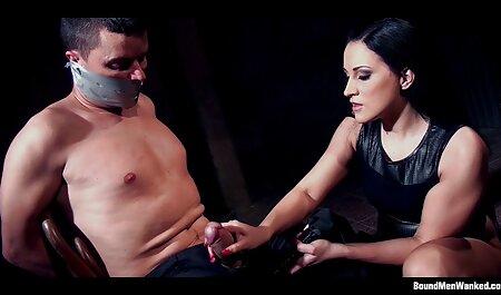 גבר רוסי שולף דילדו מהתחת ומהחברה סרטי סקס לצפיה חינם שלו וזיין אותה בתחת.
