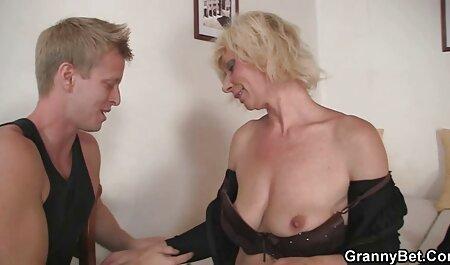 גבר מציץ לבחורה שמנמנה ובוהה בציצי שלה מקפץ צפיה ישירה פורנו
