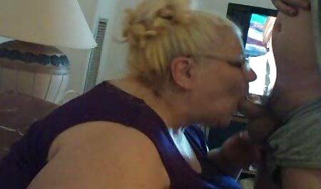 מתיקות שוכנת על אדן החלון ומלטפת סרטוני סקס צפיה ישירה בעדינות את הנרתיק באצבעותיה